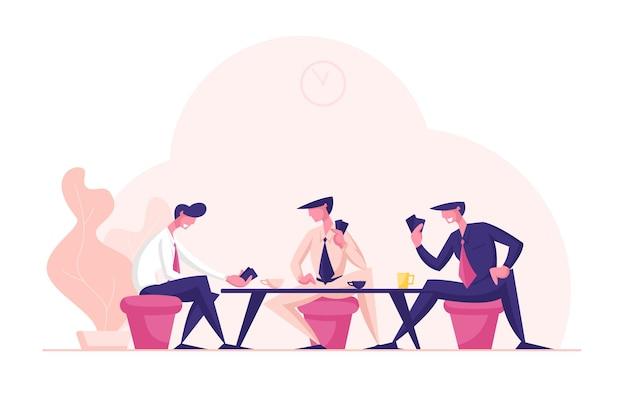 Executivos usam ternos formais sentados à mesa jogando cartas durante a pausa para o café