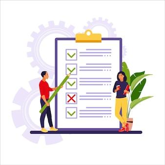 Executivos verificando tarefas concluídas e priorizando tarefas na lista de afazeres.