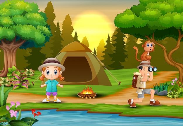 Explorador de menino e uma menina acampar na natureza