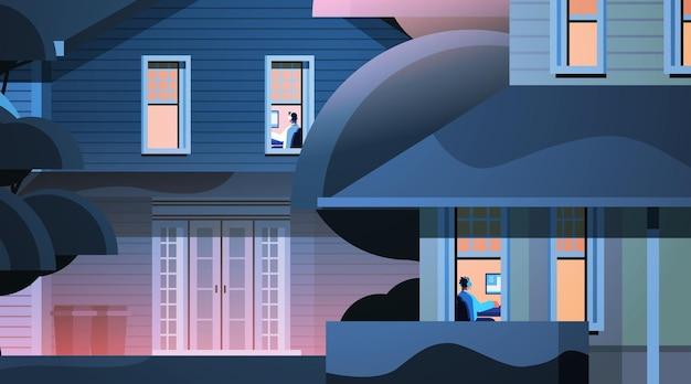 Exterior do edifício com vizinhos de raça mista jogadores virtuais jogando videogame on-line em computadores pessoais em casa ilustração vetorial horizontal
