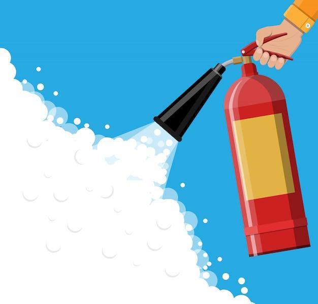 Extintor de incêndio na mão com espuma