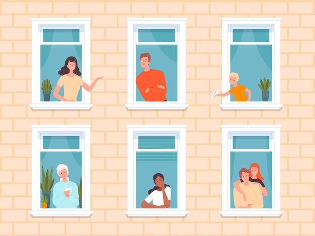 Fachada com pessoas nas janelas