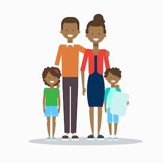 Família afro-americana feliz sorrindo pais com dois filhos abraçando isolado