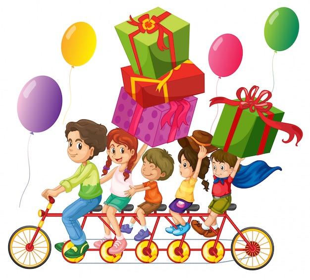 Família andando de bicicleta com caixas de presentes