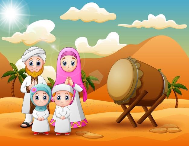 Família árabe celebrando eid al fitr com deserto