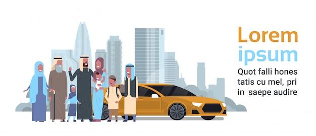 Família árabe com modelo de banner de carro
