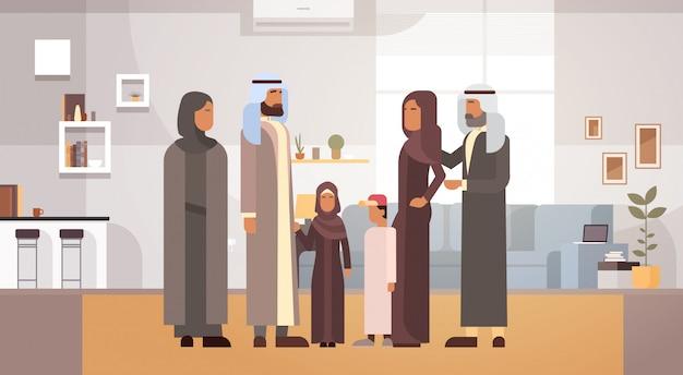 Família árabe em casa, pais árabes com crianças no apartamento moderno