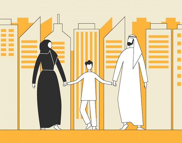 Família árabe tradicional, homem muçulmano, mulher e criança andando no fundo dos arranha-céus da cidade.