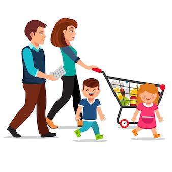 Família caminhando com carrinho de compras