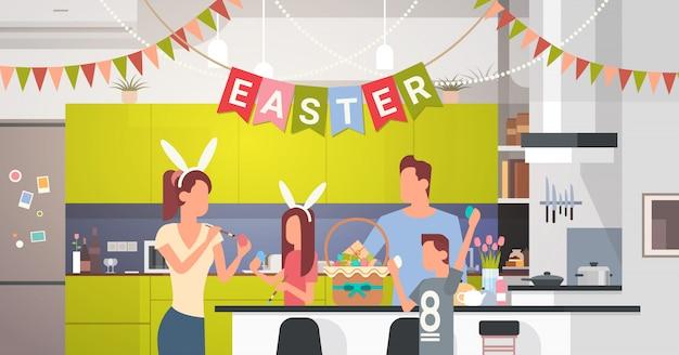 Família cozinha interior comemore férias páscoa decorada com ovos coloridos