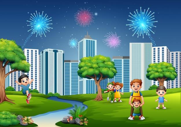 Família de desenho animado e as crianças estão brincando no parque