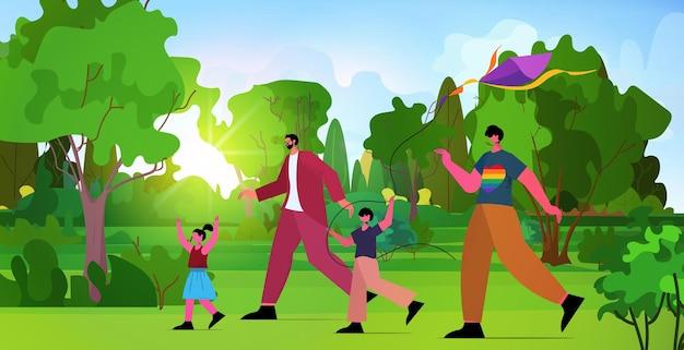 Família de gays lançando pipa com crianças pequenas no parque. paternidade transgênero ama o conceito de comunidade lgbt