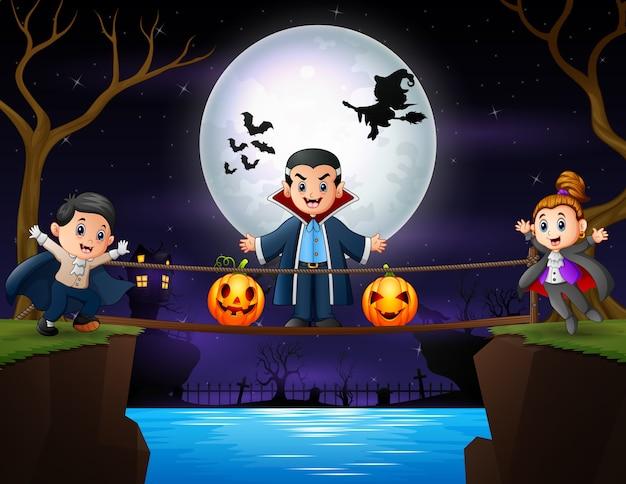 Família de vampiros feliz na noite de halloween