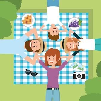 Família divertida juntos no relaxamento da toalha de mesa
