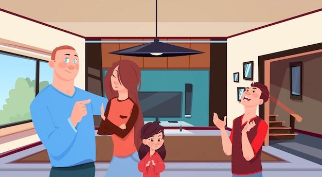 Família em casa pais jovens com duas crianças filha pequena e filho adolescentes na moderna sala de estar