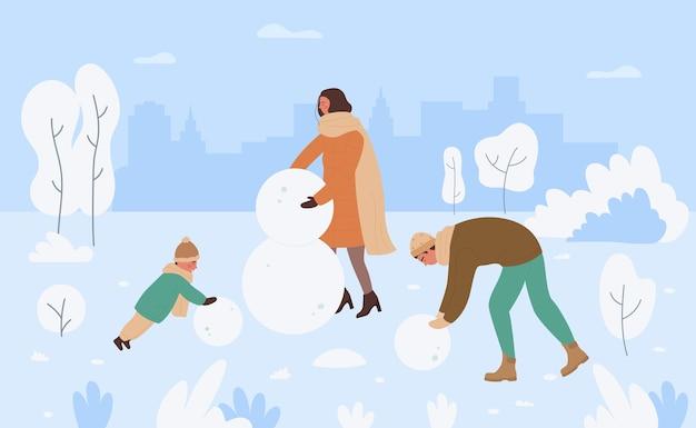 Família fazendo boneco de neve na paisagem do parque de neve de inverno