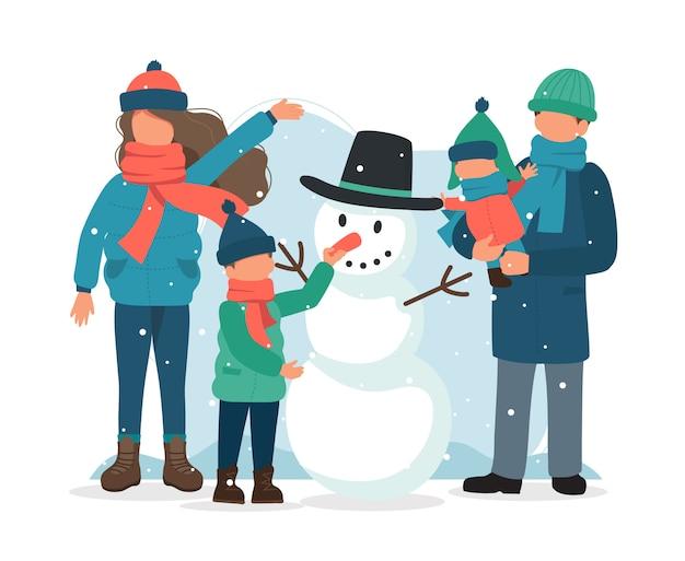Família fazendo um boneco de neve no inverno.