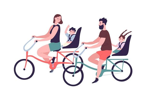 Família feliz andando de bicicleta tandem ou de bicicleta. uma linda mãe sorridente, pai e filhos em bicicletas