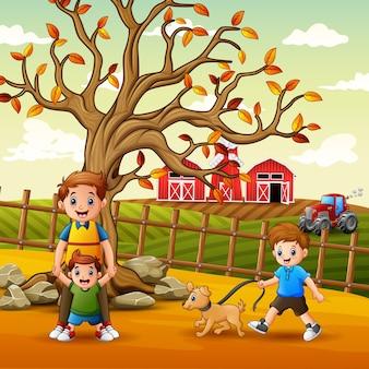 Família feliz brincando dentro da cerca