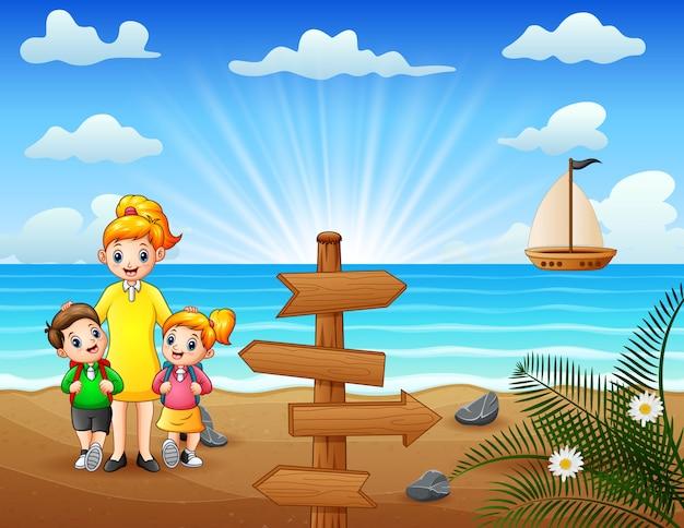 Família feliz caminhando na praia