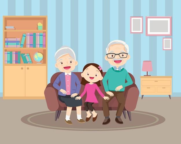 Família feliz com netos e avós sentados no sofá.