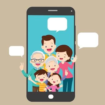Família feliz e conceito de comunicação em smartphone
