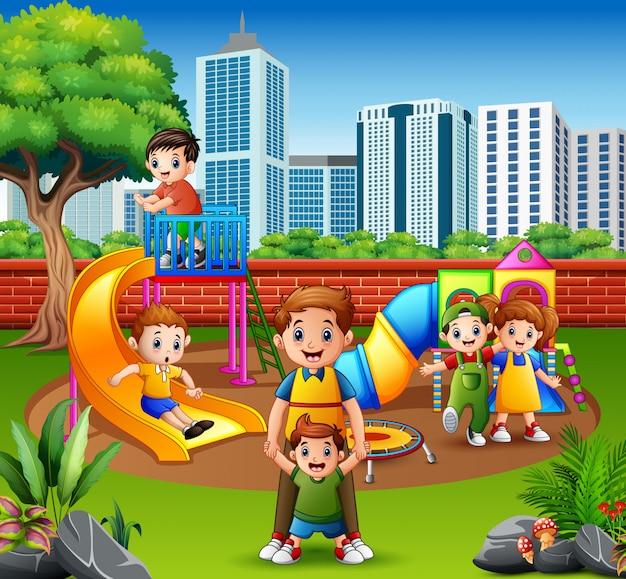 Família feliz, e, crianças, em, a, pátio recreio