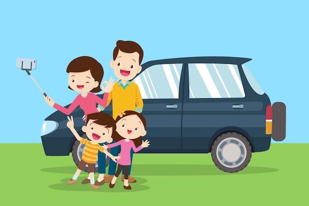 Família feliz fazendo selfie no fundo do carro