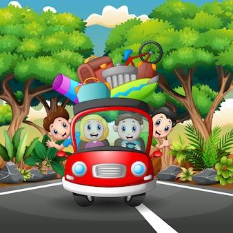 Família feliz monta no carro nas férias