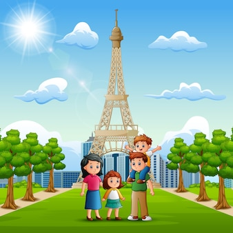 Família feliz na frente do fundo da torre eiffel
