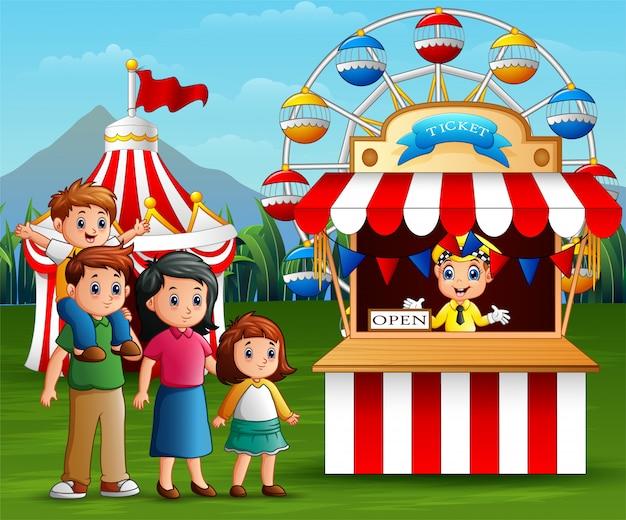 Família feliz no parque de diversões