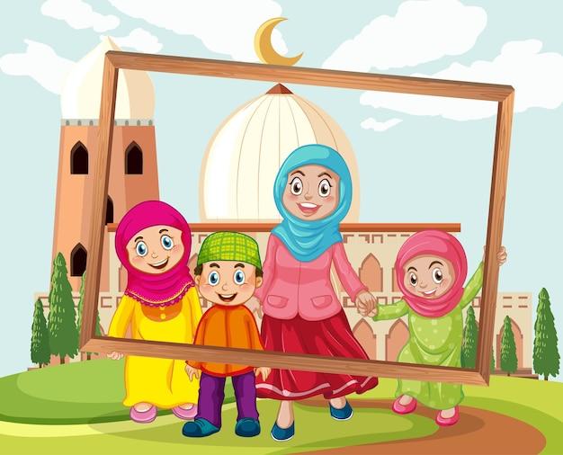 Família feliz segurando um porta-retratos com uma mesquita ao fundo