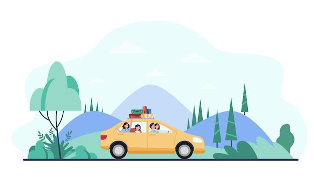 Família feliz viajando de carro com equipamento de campismo no topo.