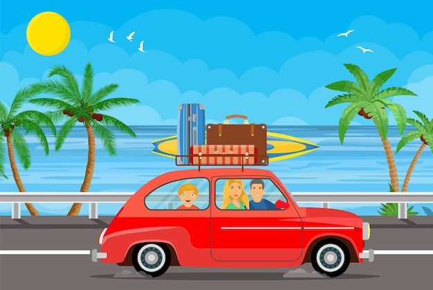 Família feliz viajando de carro com uma bagagem no teto e com prancha de surf em uma praia com palmeiras.