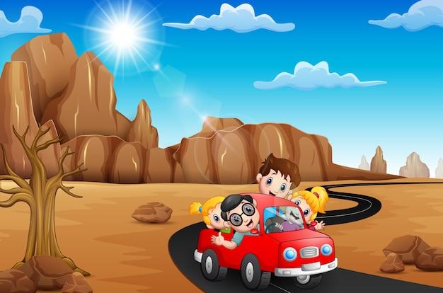 Família feliz, viajando de carro vermelho