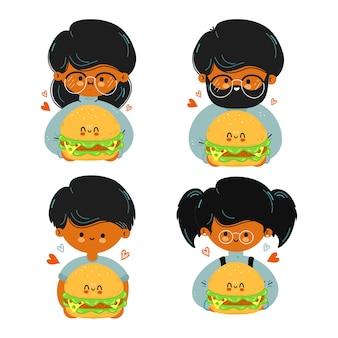 Família fofa e divertida segurando hambúrguer na mão