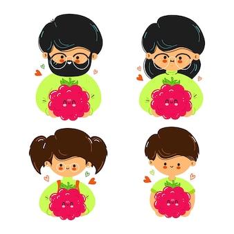 Família fofa e engraçada segurando framboesas na mão