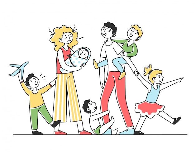 Família jovem cansada com muitos filhos