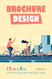 Família jovem e feliz andando de bicicleta no modelo de folheto do parque