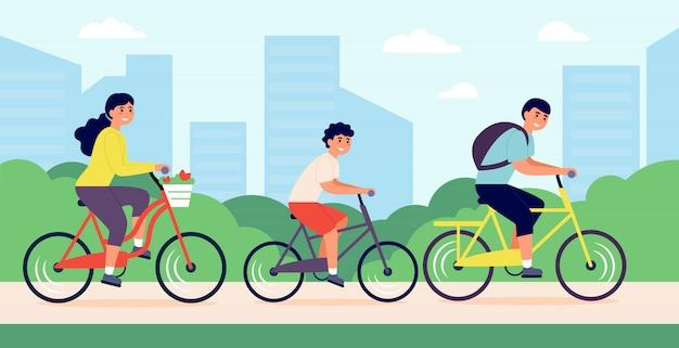 Família jovem e feliz andando de bicicleta no parque da cidade
