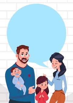 Família jovem pais com dois filhos chat bolha espaço de cópia, filha e filho em pé