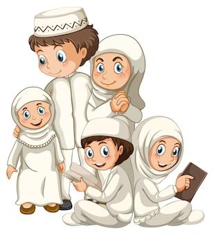 Família muçulmana árabe em roupas tradicionais, isolada no fundo branco