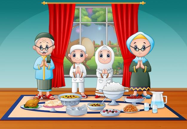 Família muçulmana comemorando eid na festa iftar