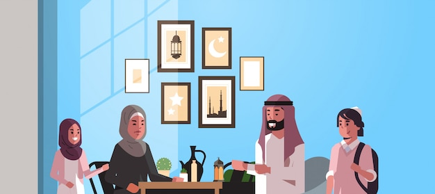 Família muçulmana, comemorando, ramadan kareem, mês sagrado, sala interior, árabe, pais, e, crianças, em, roupa tradicional, passar tempo, junto, apartamento, horizontal, retrato