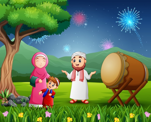 Família muçulmana feliz celebrando o festival de eid na natureza