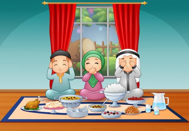 Família muçulmana feliz comemorando a festa iftar