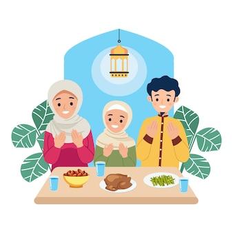 Família muçulmana orando e desfrutando do ramadã kareem juntos