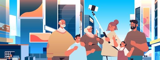 Família multigeracional usando selfie stick e tirando fotos com a câmera do smartphone pessoas caminhando ao ar livre paisagem urbana fundo retrato horizontal ilustração vetorial