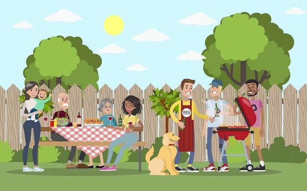 Família na festa de churrasco no quintal, sorrindo e comendo.