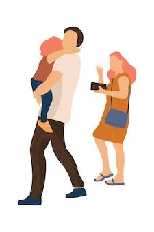 Família na moda caminhando. feliz mãe e pai, com o bebê nos braços, caminham juntos. conceito de verão moderno ao ar livre em fundo branco